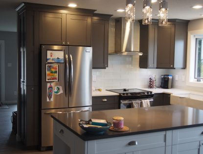 Tall to the ceiling cabinets by Hiebert Cabinets in Bow Island, Alberta.. Kitchen | Painted | Flat Panel | Contemporary
