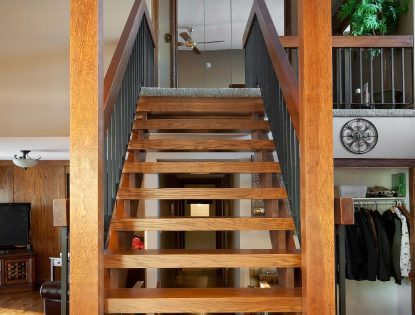 Custom stairs with railing by Hiebert Cabinets in Bow Island, Alberta.. Other | Oak | Contemporary