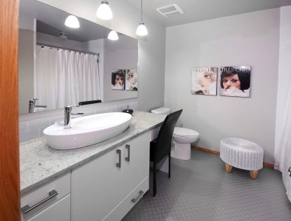 Bathroom vanity with makeup area by Hiebert Cabinets in Bow Island, Alberta.. Bathroom | Painted | Contemporary